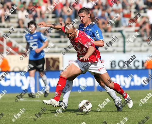 2009-05-31 / Voetbal / R. Antwerp FC - FC Dender / Steven Jacobs zit Darko Lukanovic van Antwerp op de hielen..Foto: Maarten Straetemans (SMB)