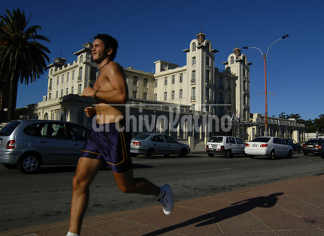 Un joven hace deportes frente a la sede del Mercosur en Montevideo.*A jogger pass in front of the Mercosur headquarters building in Montevideo, Uruguay.