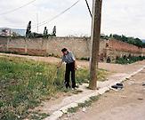 KOS / Kosovo /Mitrovica / 01.07.2009 / Straßenszene mit Hakenkreuz-Graffiti, Roma Mahalla, Mitrovica