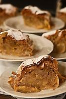 Europe/Autriche/Niederösterreich/Vienne: Café traditionnel viennois: Sperl - L'Apfelstrudel est un gâteau traditionnel autrichien. C'est un gâteau fait d'une pâte feuilletée fine et fourrée de gros morceaux de pommes (Apfel en allemand) acidulées et de raisins secs. Le tout est accompagné de canelle, et servi chaud avec de la crème fraîche voire, moins traditionnellement, d'une boule de glace.