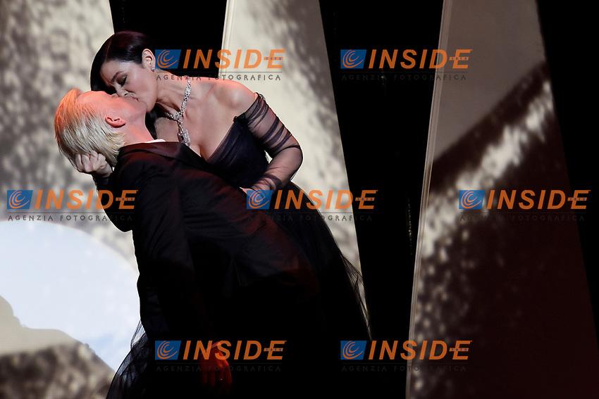 Monica Bellucci bacia un ballerino Monica Bellucci kissing a dancer<br /> Cannes 17-05-2017 70&deg;Edizione Festival del Cinema di Cannes. Cerimonia d'apertura<br /> Foto Panoramic / Insidefoto