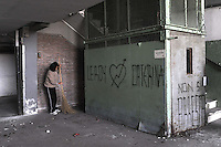 Roma, 27 Marzo 2009.Via Prenestina. <br /> Metropoliz.<br /> Senza casa occupano i capannoni abbandonati della ex fabbrica di salumi Fiorucci..Pulizia degli spazi.Rome, 27 March 2009.Via Prenestina. Homeless occupy the abandoned warehouses of the former sausage factory Fiorucci..Cleaning the spaces