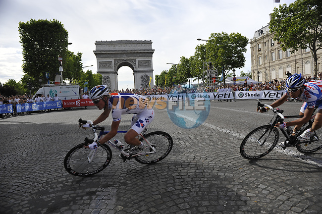 The breakaway group rounds the hairpin bend beneath the Arc de Triomphe at the end of the Champs Elysee during the final Stage 21 of the 2009 Tour de France running 164km from Montereau-Fault-Yonne to Paris Champs-Elysees, France. 26th July 2009 (Photo by Eoin Clarke/NEWSFILE)