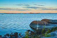 Skymning över låga skär vid Norrpada i Stockholms ytterskärgård i Roslagen