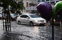 ATENCAO EDITOR: FOTO EMBARGADA PARA VEICULOS INTERNACIONAIS. SAO PAULO, SP, 13 DE DEZEMBRO DE 2012 - Transito Pesado na Avenida Paulista no fim da tarde desta quinta feira, 13, devido a forte chuva que atingiu a capital. FOTO: ALEXANDRE MOREIRA - BRAZIL PHOTO PRESS.