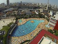 SAO PAULO, SP, 10/11/2013, CALOR. As piscinas do Sesc Belenzinho estao lotadas na tarde desse domingo (10). LUIZ GUARNIERI/BRAZIL PHOTO PRESS.