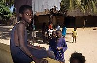 Afrique/Afrique de l'Ouest/Sénégal/Parc National de Basse-Casamance/Ourong : Enfants dans les bolons