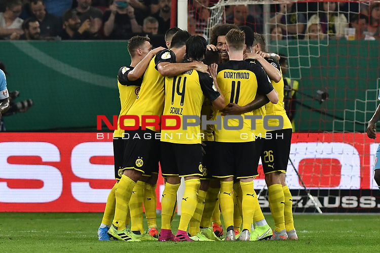 09.08.2019, Merkur Spiel-Arena, Duesseldorf, GER, DFB-Pokal, KFC Uerdingen 05 vs Borussia Dortmund , DFL regulations prohibit any use of photographs as image sequences and/or quasi-video<br /> <br /> im Bild die Mannschaft von Dortmund feiert das Tor zum 0:2 Torschuetze Paco Alcacer (#9, Borussia Dortmund) <br /> <br /> Foto © nordphoto/Mauelshagen