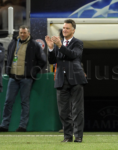 23 02 2011 Football Champions League Inter Milan versus FC Bayern  Munich in Stadium Giuseppe Meazza.  team manager Louis van Gaal Munich applaudes the Bayern fans before the Game at the Tour the Place