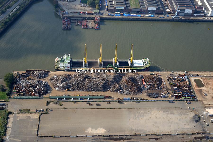 Schrott Verladung in Handelsschiff Savitree Naree: EUROPA, DEUTSCHLAND, HAMBURG, (EUROPE, GERMANY), 23.09.2017 Schrott Verladung in Handelsschiff Savitree Naree