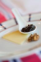 """Europe/France/Aquitaine/64/Pyrénées-Atlantiques/Larrau: Fromage de brebis AOC Ossau Iraty  accompagné de confiture de cerises noires à l'Hotel-Restaurant """"Etchemaïté"""""""