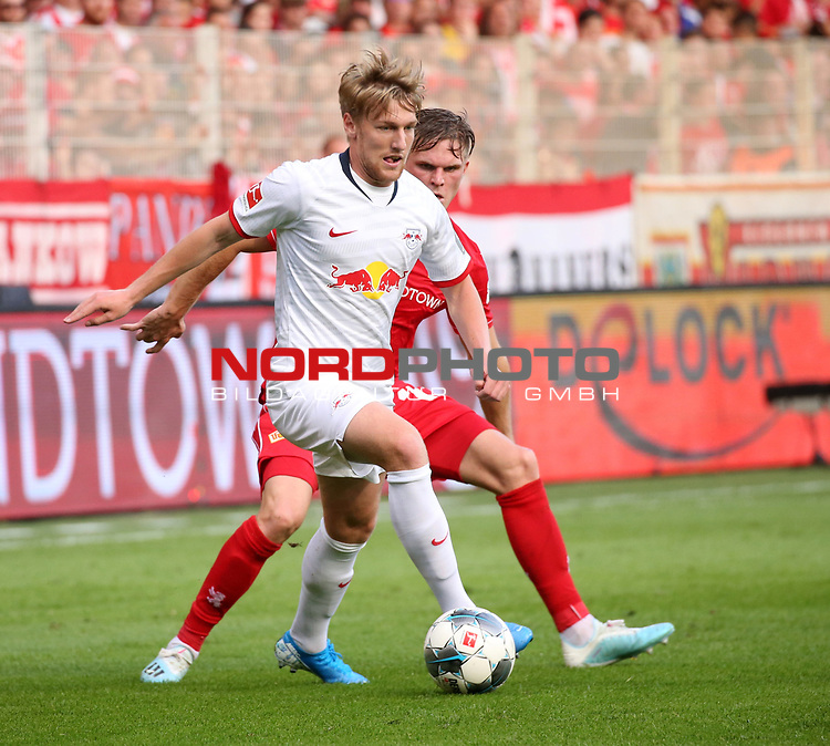 18.08.2019, Stadion an der Wuhlheide, Berlin, GER, 1.FBL, 1.FC UNION BERLIN  VS. RB Leibzig, <br /> DFL  regulations prohibit any use of photographs as image sequences and/or quasi-video<br /> im Bild Marius Buelter (1.FC Union Berlin #15), Emil Forsberg (RB Leipzig #10)<br /> <br />      <br /> Foto © nordphoto / Engler