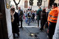 Roma 12 Gennaio 2011..Via Catalana,.Memorie d'Inciampo a Roma.Sampietrini rivestiti d'una placca d'ottone lucente incastonati a terra di fronte ai portoni dei deportati ad Auschwitz. L'idea è dell'artista tedesco Gunther Demnig( nella foto) nell'ambito del progetto «Memorie d'Inciampo a Roma» che prevede in vari Municipi il posizionamento di pietre , ciascuna dedicata ad un deportato per ragioni razziali, politiche e militari, di fronte alle loro abitazioni..Olocaust memorial plaques to victims in Rome.