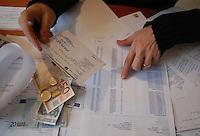 Calcolo le spese per il bilancio familiare..Calculating the cost of household budgets..