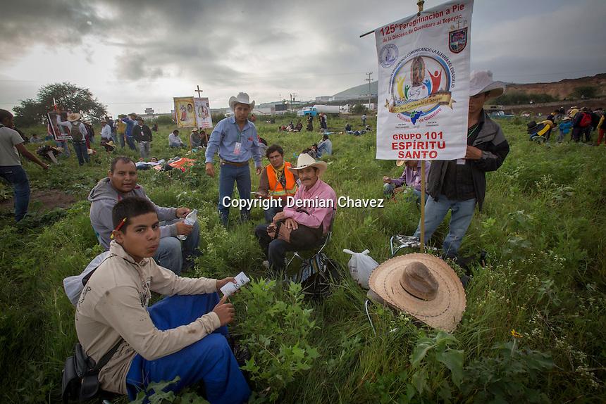 Quer&eacute;taro, Qro. 19 de julio 2015.- Cerca de 30 mil varones inician en la peregrinaci&oacute;n 125 de Quer&eacute;taro al tepeyac. Esta es la peregrinaci&oacute;n m&aacute;s numerosa del pais. Se preve&eacute; que el 26 de julio leguen a la Villa de Guadalupe cerca de 50 mil peregrinos, de los contingentes de varones, damas y ciclistas.<br /> <br /> <br /> Foto: Demian Ch&aacute;vez