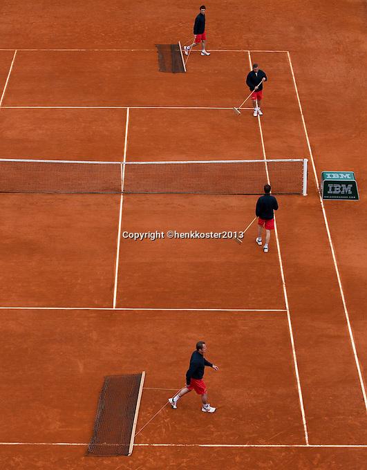 29-05-13, Tennis, France, Paris, Roland Garros, Court maintenance on court Suzanne Lenglen