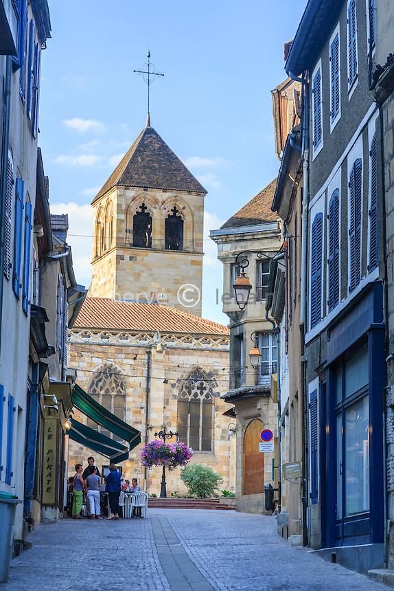France, Allier (03), Montluçon, dans la vieille ville, église Notre-Dame et la rue Grande // France, Allier, Montlucon, Notre Dame church and Grande street
