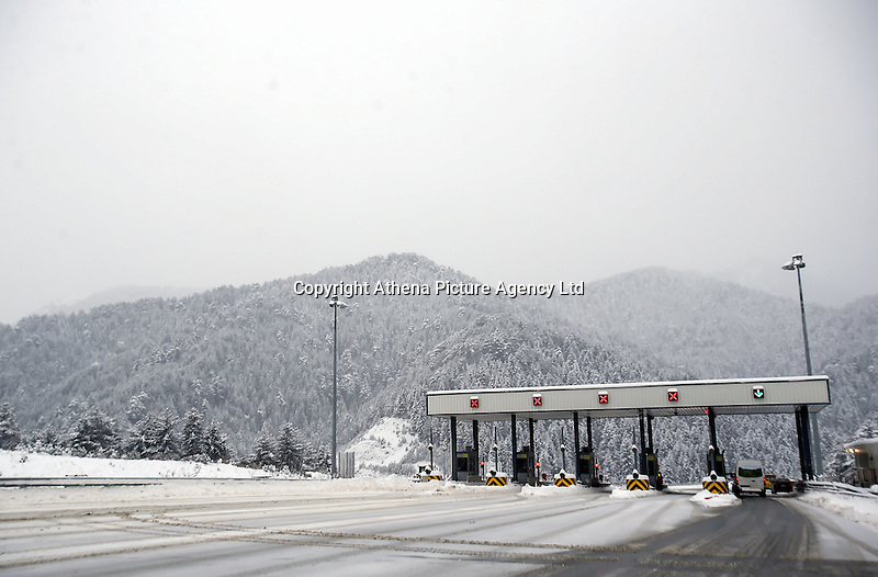Pictured: The snow covered motorway and tolls of Metsovo in northern Greece Thursday 12 January 2017<br /> Re: Heavy snow has affected most parts of Greece.