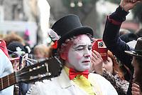 NAPOLI, ITALIA, 28.02.2017 - CARNAVAL-ITALIA - Foliões durante desfile de bloco de mascaras nas ruas do centro de Napoli na Italia nesta terça-feira, 28 . (Foto: Salvatore Esposito/Brazil Photo Press)