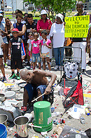 Fans watch as man plays pots and pans at Miami Heat NBA 2013 Championship parade, Biscayne Boulevard, American Airlines Arena, Miami, FL, June 24, 2013