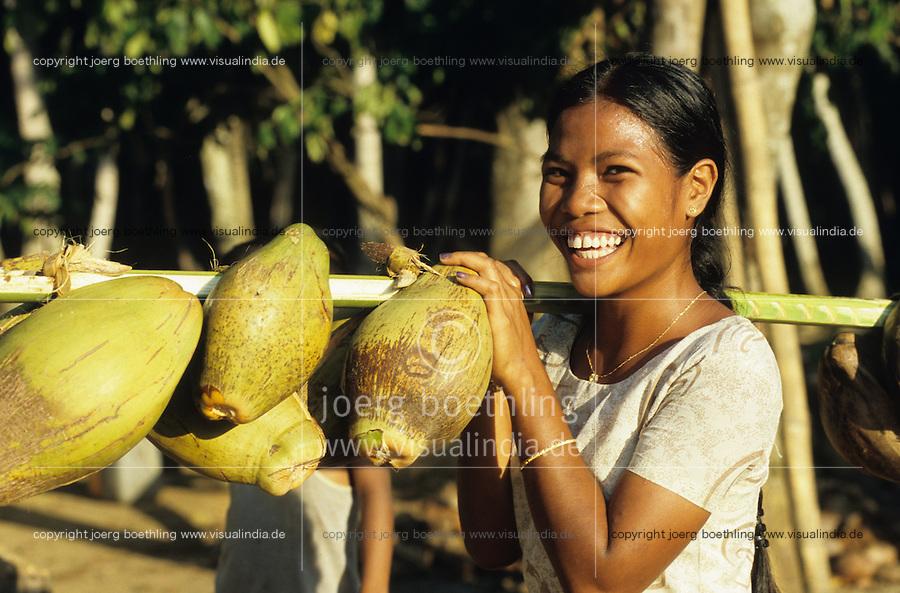 INDIA Little Andaman, Nicobarese woman carry coconuts / INDIEN Little Andaman, Nikobaresen Frau traegt Kokosnuesse