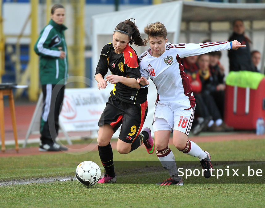Russia U19 - Belgium U19 : Jassina Blom (9) in a duel with Russian Darya Kitsa.foto DAVID CATRY / Nikonpro.be