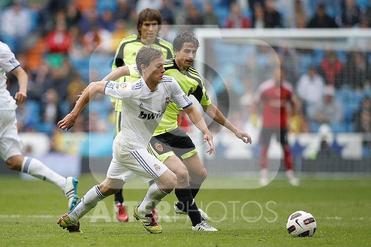 Real Madrid's Sergio Canales and Zaragoza's Jorge Lopez during Spanish League match on April 30, 2011...Photo: Cebolla Cid-Fuentes / ALFAQUI