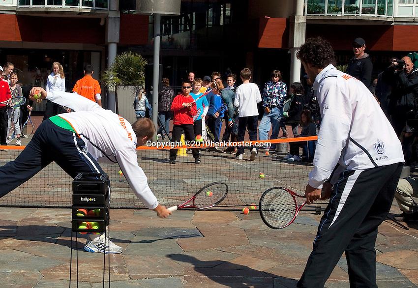 06-05-10, Zoetermeer, SilverDome, Tennis,  Davis Cup, Netherlands-Italy,Streettennis wiyh Thiemo de Bakker(L) and Robin Haase