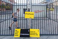 """Der Berliner Menschenrechtler Peter Steudtner laeuft am Sonntag den 16. September 2018 auf dem Potsdamer Platz in Berlin zeitgleich zum Berlin-Marathon den Marathon in einem symbolischen Nachbau eines tuerkischen Gefaengnishofes mit.<br /> Steudtner und Amnesty International nutzen mit Unterstuetzung der Veranstalter des Berlin-Marathons dieses sportliche Spitzenereignis, um auf die dramatische Situation von Menschenrechtsverteidigern weltweit aufmerksam zu machen. Hunderte befinden sich weltweit zu Unrecht in Haft, oftmals unter unmenschlichen Bedingungen und ohne Aussicht auf ein faires Verfahren. """"Menschenrechtsverteidiger sind ueberlebenswichtig. Ueberall. Fuer alle. Solidaritaet schuetzt sie und uns"""", sagt Steudtner.<br /> 16.9.2018, Berlin<br /> Copyright: Christian-Ditsch.de<br /> [Inhaltsveraendernde Manipulation des Fotos nur nach ausdruecklicher Genehmigung des Fotografen. Vereinbarungen ueber Abtretung von Persoenlichkeitsrechten/Model Release der abgebildeten Person/Personen liegen nicht vor. NO MODEL RELEASE! Nur fuer Redaktionelle Zwecke. Don't publish without copyright Christian-Ditsch.de, Veroeffentlichung nur mit Fotografennennung, sowie gegen Honorar, MwSt. und Beleg. Konto: I N G - D i B a, IBAN DE58500105175400192269, BIC INGDDEFFXXX, Kontakt: post@christian-ditsch.de<br /> Bei der Bearbeitung der Dateiinformationen darf die Urheberkennzeichnung in den EXIF- und  IPTC-Daten nicht entfernt werden, diese sind in digitalen Medien nach §95c UrhG rechtlich geschuetzt. Der Urhebervermerk wird gemaess §13 UrhG verlangt.]"""