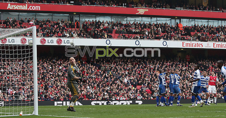 PICTURE BY JEREMY RATA/SWPIX.COM - Barclays Premier League Football - Arsenal v Reading - Emirates Stadium, London, England - 19/04/08. Arsenals Robin Van Persie hits the Reading bar. ..Copyright - Simon Wilkinson - 07811267706..