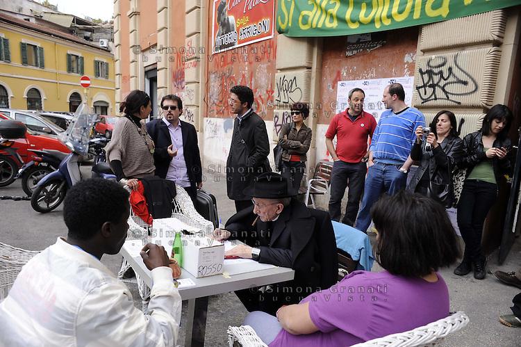 Roma, 3 Maggio 2011.Piazza Sanniti.Ex Cinema Palazzo, ora Sala Vittorio Arrigoni ..Occupazione contro l'apertura di un Casinò..L'incontro con Don Andrea Gallo