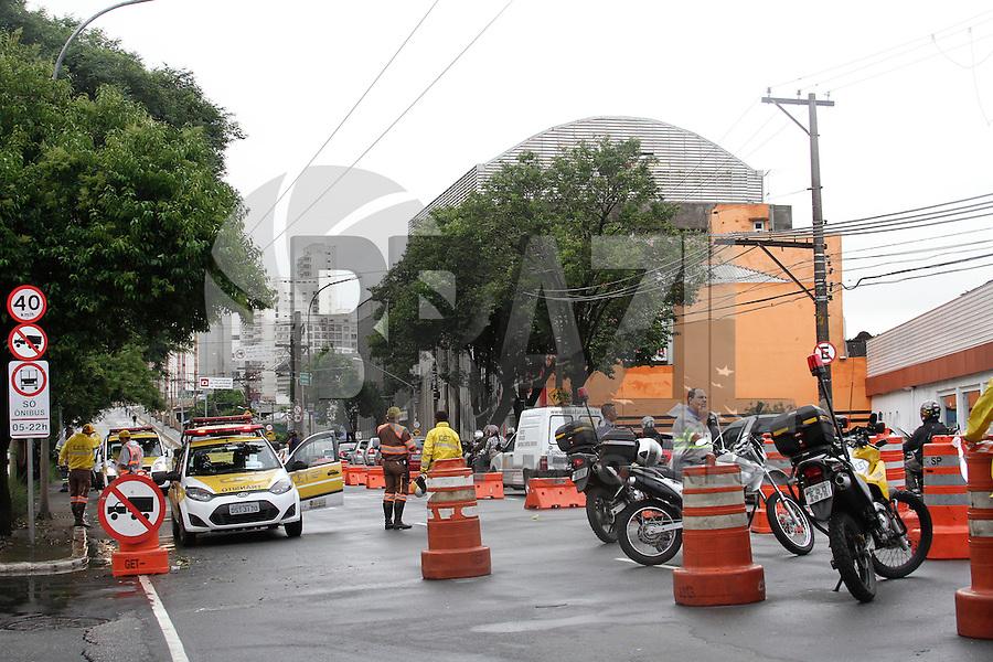 SAO PAULO, 04 DE FEVEREIRO, 2013 - TRANSITO SP - Motorista enfrenta congestionamento e vias interditadas na Av Rudge, entre Ponte da Casa Verde e Viaduto Orlando Murgel, na manhã dessa segunda-feira(04), região central da capital paulista - FOTO: LOLA OLIVEIRA - BRAZIL PHOTO PRESS