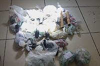 RIO DE JANEIRO,RJ, 27.05.2015 - CRIME-RJ - Policiais Militares do 3 BPM realizou uma operação do morro do Juramentinho no bairro Thomas Coelho na zona norte do Rio de Janeiro, nesta quarta-feira, 27. Foram apreendidas uma grande quantidade de drogas, foram presos tres menores e dois maiores, o caso está sendo registrado no 44 DP em Inhaúma também na região norte. (Foto: Celso Barbosa / Brazil Photo Press)