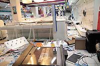 SÃO PAULO, SP - 19.06.2013:DESTRUIÇÃO EM SÃO PAULO - Funcionários fazem a limpeza e contam os prejuizos das lojas saqueadas na região central de São Paulo que amanheceu com um rastro de destruição  após a manifestação contra o aumento da passagem. (Foto: Marcelo Brammer/Brazil Photo Press)