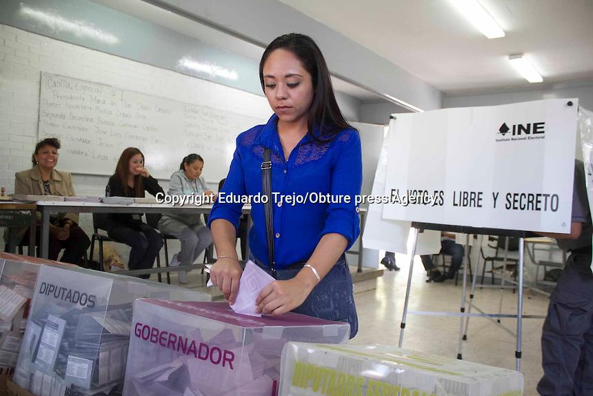 San Juan del Río, Qro.- Miles de ciudadanos de este municipio, salieron a emitir su voto para elegir a quienes dirigirán los destinos de las alcaldías, así como la elección de gobernador y los integrantes de la 58 Legislatura de Querétaro.