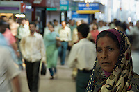 Mumbai RAILWAY STATION DURING EARLY MORNING RUSH HOUR, CENTRAL MUMBAI, INDIA