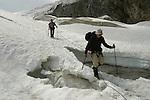 Montagnes du Valais. Passage d'une crevasse.