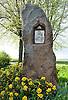 """Der Menhir """"Langer Stein"""" von Ober-Saulheim mit spätgotischer Nische, die ein christliches Heiligenbild enthält"""