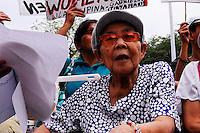 MRL02 MANILA (FILIPINAS) 02/03/11.- Una ex esclava sexual por las tropas japonesas de ocupación en Filipinas durante la II Guerra Mundial participa en una protesta en Manila, Filipinas, hoy miércoles 02 de marzo de 2011, con motivo de la próxima celebración del Día Internacional de la Mujer el 08 de marzo. Las mujeres filipinas forzadas a ser esclavas sexuales durante la guerra llevan décadas pidiendo una disculpa oficial de Japón y indemnización para las víctimas. EFE/MYLENE R. LIGUTOM..