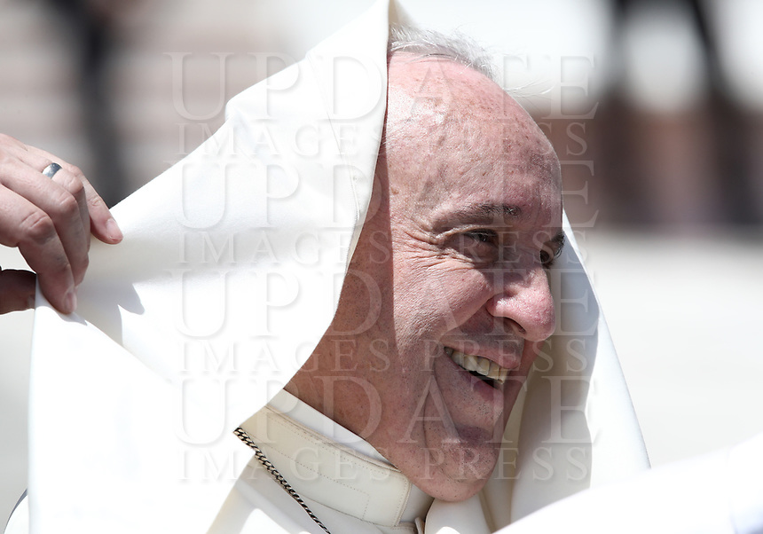 Un soffio di vento solleva la mantellina di Papa Francesco mentre lascia piazza San Pietro al termine dell'udienza generale del mercoledi', Citta' del Vaticano, 13 giugno, 2018.<br /> A gust of wind blows the Pope's mantel as he leaves at the end of his weekly general audience in St. Peter's Square, at the Vatican, on June 13, 2018. <br /> UPDATE IMAGES PRESS/IsabellaBonotto<br /> <br /> STRICTLY ONLY FOR EDITORIAL USE