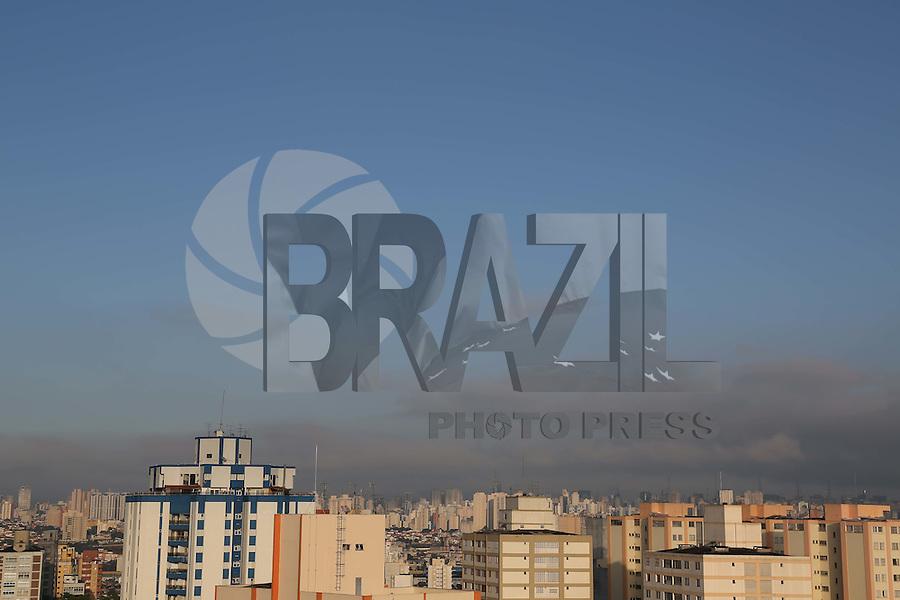 SÃO PAULO, SP, 2012/06/02, CLIMA TEMPO.<br /> <br /> O sol voltou a apareceu na capital paulista na manhã desse Sabado (02), a previsão é de calor e sem chuvas.<br /> Luiz Guarnieri/ Brazil Photo Press