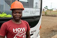 MOZAMBIQUE, Moatize, Cateme, this resettlement was constructed by brazil coal company VALE as compensation for relocated people from Chipanga, where VALE is extending its coal mining operations / MOSAMBIK, Moatize, Siedlung Cateme, fuer die Erweiterung der Kohlemine des brasilianischen Unternehmens VALE wurde die Ortschaft Chipanga abgerissen, die Bewohner wurden 40 km von Moatize enfernt nach Cateme umgesiedelt, Haus des UNITRANS Busfahrers PAULO ALFREDO P. PAULO, UNITRANS betreibt Buslinien fuer Mitarbeiter der Kohlemine VALE