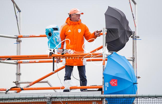 HOUTEN - Lars Gillhaus, video-operator, tijdens Paastoernooi Nederlands Meisjes A- ENGELAND -18 . COPYRIGHT KOEN SUYK