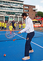 11-sept.-2013,Netherlands, Groningen,  Martini Plaza, Tennis, DavisCup Netherlands-Austria, Draw,   Street tennis on the market squire with Jean-Julien Rojer (NED)<br /> Photo: Henk Koster