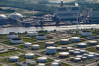 DEUTSCHLAND Hamburg, Neubau Vattenfall Kohlekraftwerk in Moorburg, davor Oeltanks der Shell Raffinerie /<br />