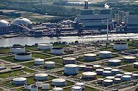 DEUTSCHLAND Hamburg, Neubau Vattenfall Kohlekraftwerk in Moorburg, davor Oeltanks der Shell Raffinerie /<br /> GERMANY Hamburg, construction site coal power station Vattenfall in harbour, in front Shell refinery and oil tanks