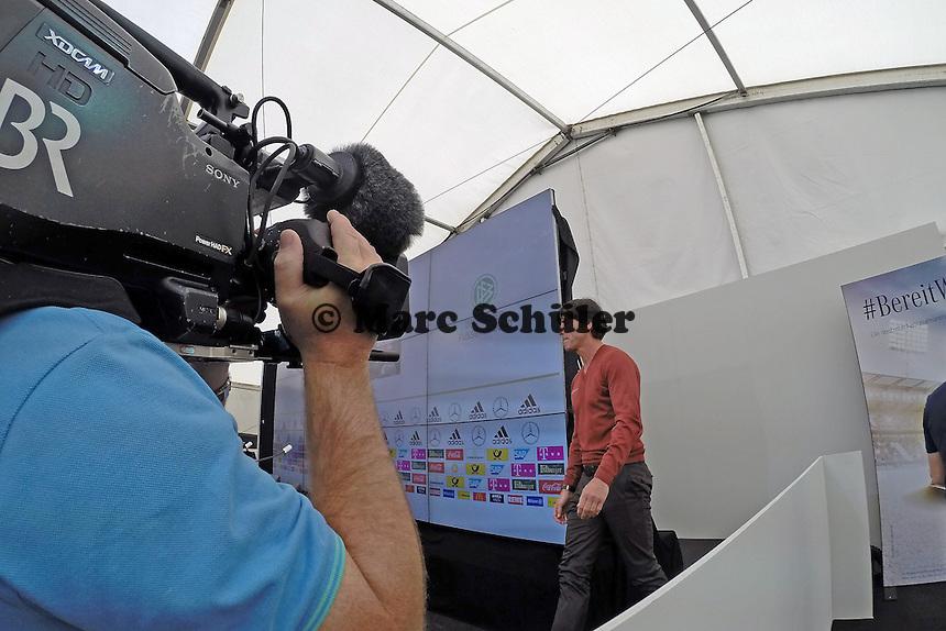 Im Fokus der Medien: Bundestrainer Joachim Löw - Abschlusstraining der Deutschen Nationalmannschaft gegen die U20 im Rahmen der WM-Vorbereitung in St. Martin