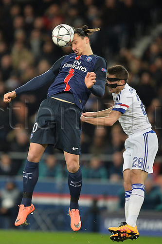16.02.2016. Parc de Princes, Paris, France Champions League - Round of 16 - 1st Leg Paris St Germain versus Chelsea FC.  ZLATAN IBRAHIMOVIC (psg) wins th eheader from Cesar Azpilicueta (che)