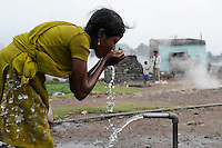 INDIEN Jharia Kinder sammeln Kohle am Rande eines offenen Kohletagebaus der BCCL Ltd zum Verkauf als Koks auf dem Markt | .INDIA Jharkhand Jharia, families and children collect coal from coalfield of BCCL Ltd. to sell after coking on the market for their  livelihood, Suman 11 years old lives in village on burning underground coal fields