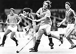 Hockey Interland Nederland vs Australie: 2-0. Oranje-speler Tom van 't Hek raakt in een fel duel de Australische international Craig Davies vol op de mond.